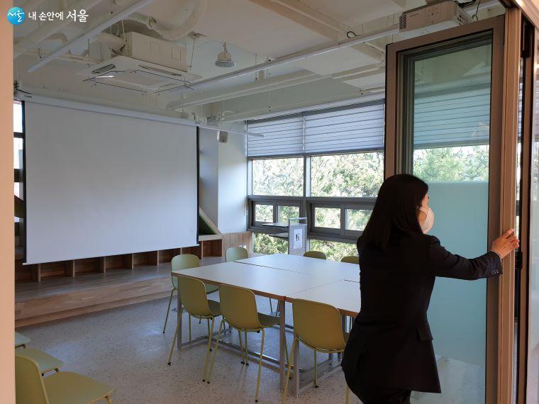 우리동네 관리사무소 내 폴딩도어를 열면 더 넓은 공간이 확보된다.