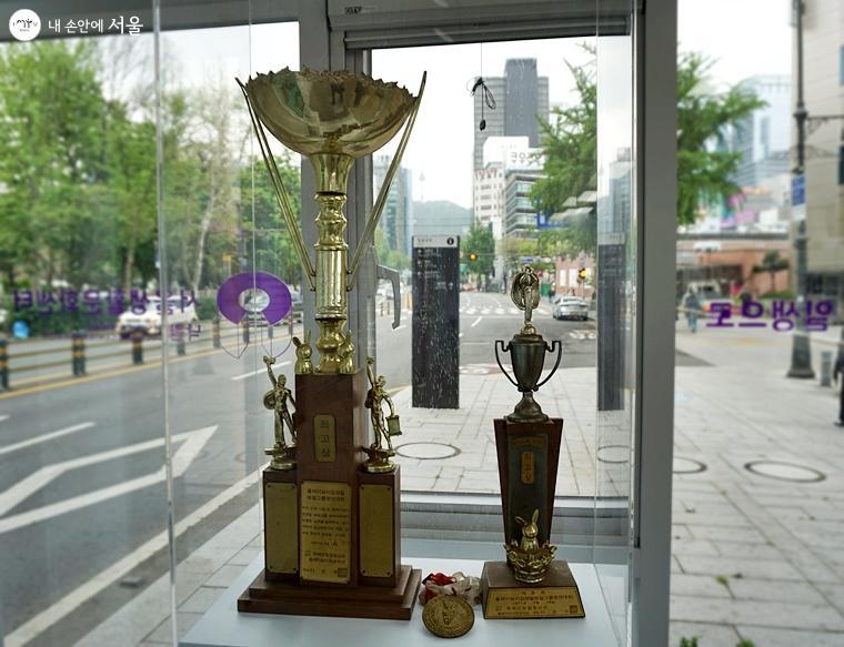 입구에 있는 시각장애인 가수 이용복 씨가 기증한 '플레이 컵'