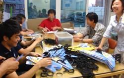 노숙인들과 함께 옷걸이를 제작하는 ㈜두손컴퍼니