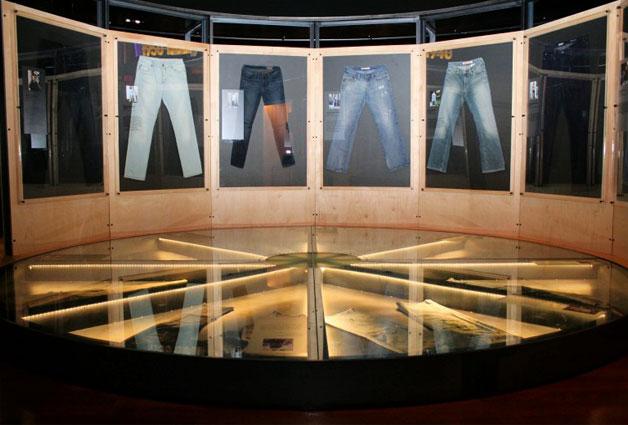 1960부터 현재까지 국내외 시민들로부터 기증받은 청바지 전시한 국립민속박물관