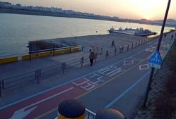 한강 자전거 도로에 표시된 뚝도시장 가는길