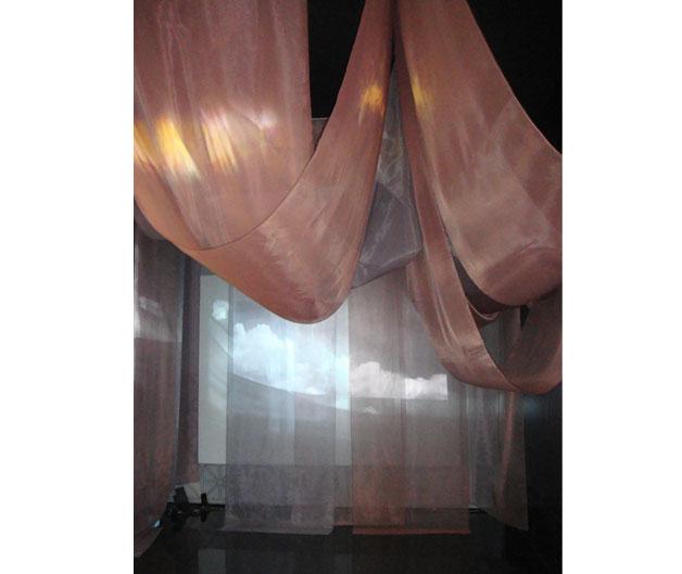 테이프의 오브젯을 활용해 틈새로 빛을 보여주는 손몽주 작가 작품