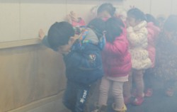 어린이들이 화재 연기 속 대피 체험을 하고 있다ⓒ연합뉴스