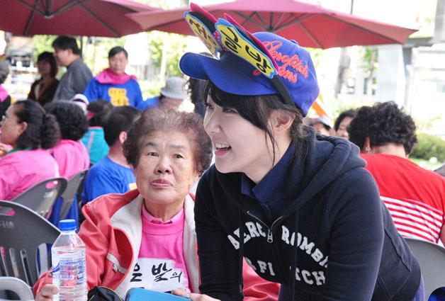 관악구 평생학습축제장 문해 백일장에서 어르신과 대화하는 김유미씨