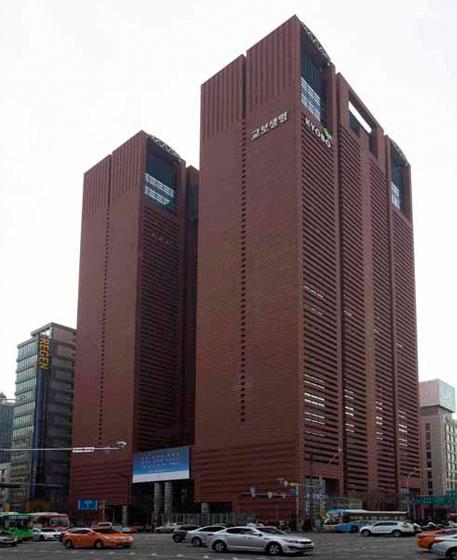 강남대로의 거대한 건물 `교보타워`