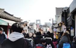 북촌 가는 길에는 벌써부터 사람들이 붐비고 있다