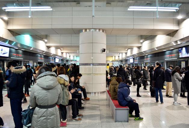 출근 시간에 당산역에서 9호선 급행열차를 기다리는 승객들