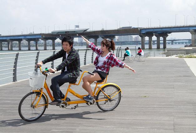 자전거대여소에는 2인용 자전거도 마련되어 있다