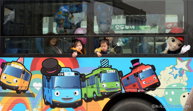 작년 3월, 서울광장 꼬마버스 타요 출정식에서 부모님과 아이들이 버스를 타보고 있다ⓒ뉴시스