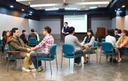청년들이 멘토와 함께 프로그램에 참가하고 있다