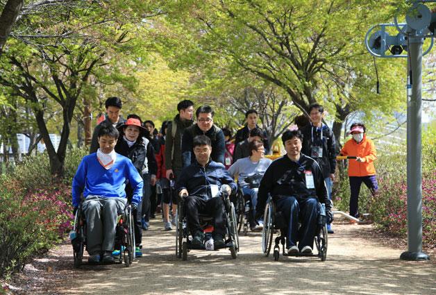 지난 17일 장애인의 날을 맞아 강원래 씨와 함께 서울둘레길 걷는 행사가 개최됐습니다