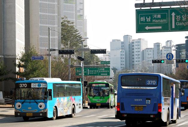 타요버스(좌)와 일반버스(우)