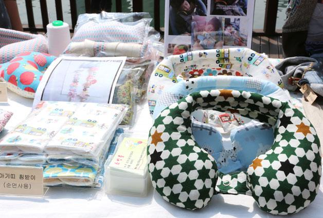 박진수씨는 목쿠션 등 유아용 패브릭 소품을 판매하고 있었다