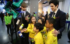 지난 10일 홍보대사로 위촉된 방송인 줄리안 퀸타르트와 로빈 데이아나가 어린이 홍보대사들과 시민청에서 희망메시지를 걸고 있다