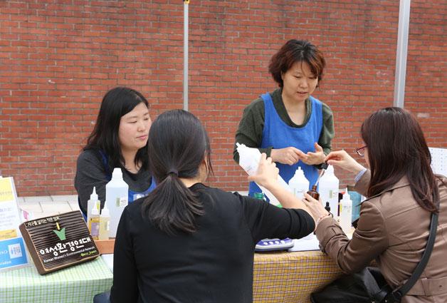 여성환경연대에서 천연샴푸와 천연클렌징의 제조 방법을 알려주고 있다