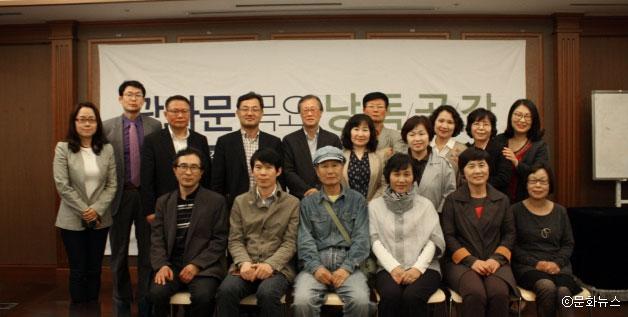 지난해 5월 열린 한국시인협회 낭독공감 이후 단체 촬영 모습ⓒ문화뉴스