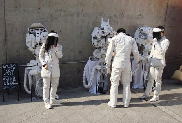 폐품으로 우주복을 만든 참가자들