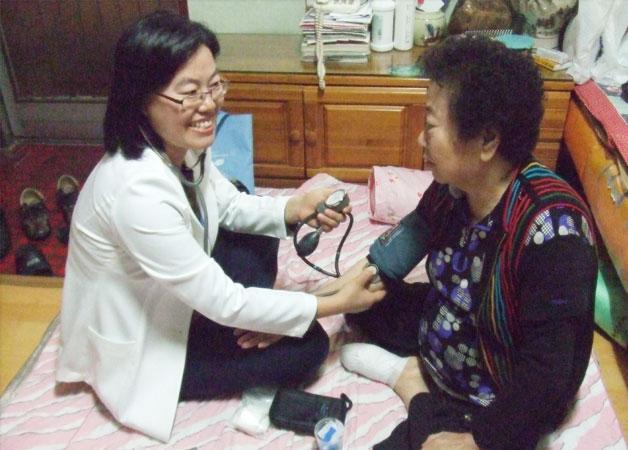방문간호사가 건강관리를 실시하고 있다