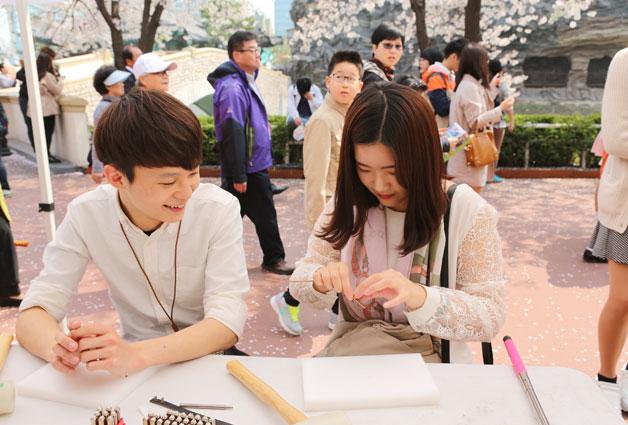 최혜진씨는 남자친구와 가죽팔찌만들기 체험중이다
