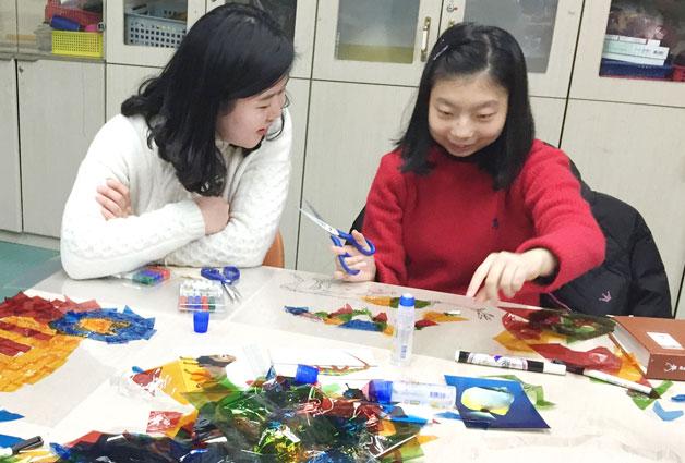 `삼분의 이` 이송희 선생님과 강예진 양이 미술활동을 하고 있다