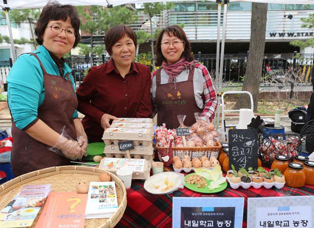 내일학교 교사 김은영씨는 직접 생산한 농작물들을 판매한다