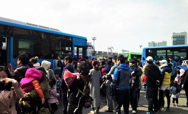 타요버스를 타기 위해 인산인해를 이룬 사람들