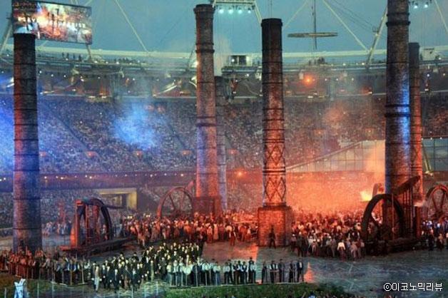 2012년 런던 올림픽 개막식 중 `굴뚝 퍼포먼스` 장면(정윤수 교수 제공)ⓒ이코노믹리뷰