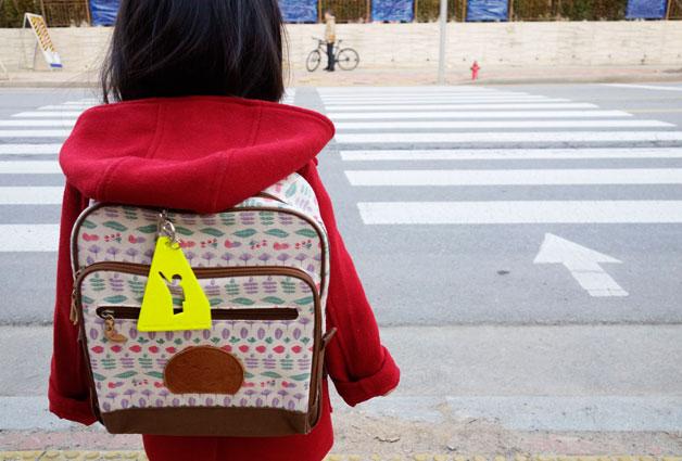 키가 작아 운전자 시야에 잘 들어오지 않는 아이들의 가방에 다는 `옐로카드`