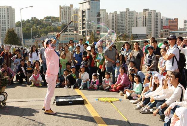 작년 10월 서울역 고가에서 열린 `꽃길, 거닐다` 거리 공연