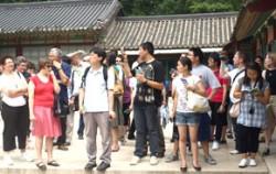 외국인 관광객들이 창덕궁을 관광하고 있다 ⓒppaarrok