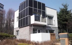 태양광 시설을 부착한 제로에너지 주택 외부