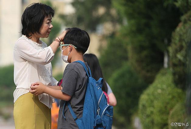 메르스 우려로 마스크를 등교하는 학생들을 살피는 교장선생님 ⓒ연합뉴스