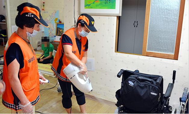 의용소방대원들이 장애인 가정을 방문, 방역소독을 하고 있다. ⓒ연합뉴스