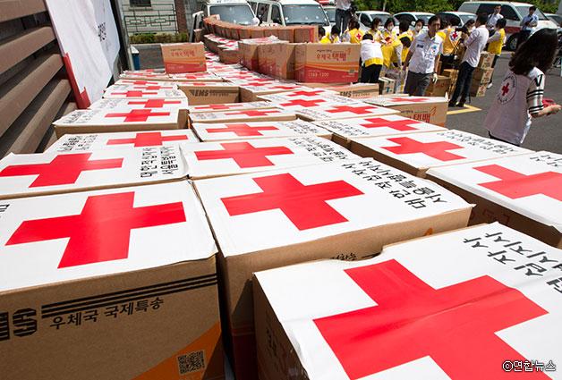 대한적십자사 긴급구호종합센터에서 관계자들이 서울지역 메르스 자가격리자 지원용 구호물품을 제작하고 있다 ⓒ연합뉴스