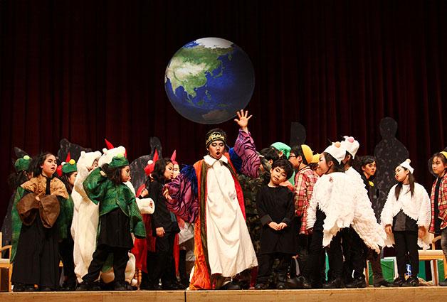 어린이 극단이 무대에 올라 공연을 하고 있다
