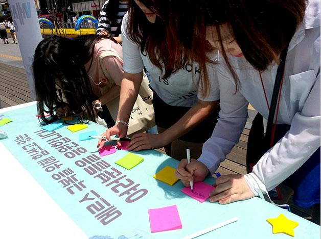 21일, 신촌 문화의 거리서 열린 메르스극복 응원 메시지 캠페인