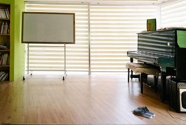 한쪽에는 조금 높게 무대를 설치하여 피아노를 배치했다.