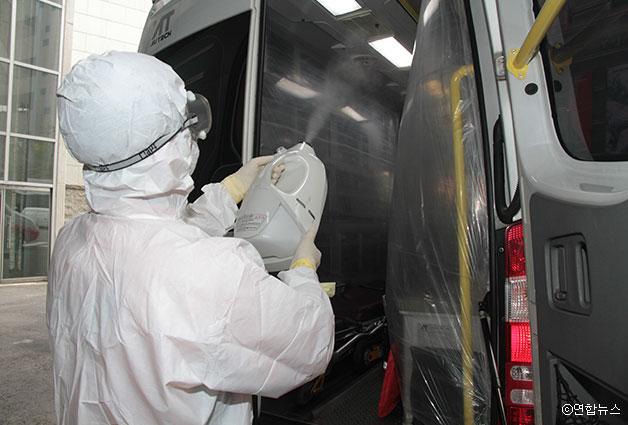 119 구급대원이 메르스 확산 방지를 위해 구급차량을 소독하고 있다 ⓒ연합뉴스