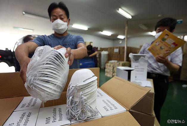 서울시 예방약품비축소에서 관계자들이 메르스 의심환자와 가족들에게 배부될 N95 마스크 수량을 체크하고 있다 ⓒ연합뉴스