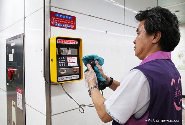 서울 광화문역에서 관계자들이 메르스에 대비한 소독작업을 하고 있다. ⓒ뉴시스