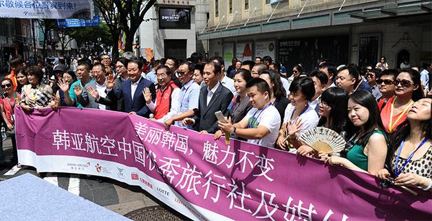 지난 16일 명동을 찾은 중국 방문단과 함께 손을 흔들고 있는 박원순 서울시장.