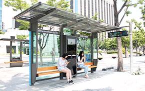 버스정류장서 태양광으로 휴대전화 충전한다