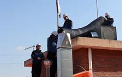 건물 옥상에서 닥트공사를 하는 한국유지보수협동조합 기술자들