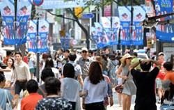 서울 썸머세일이 열리고 있는 명동의 거리 ⓒ뉴시스
