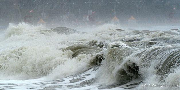제9호 태풍 `찬홈`(CHAN-HOM)의 영향으로 부산 해수욕장에 거센 파도가 몰아치고 있는 모습ⓒ뉴시스