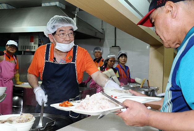 23일 시립성동노인종합복지관을 찾아 어르신들의 삼계탕 배식을 하고 있는 박원순 서울시장