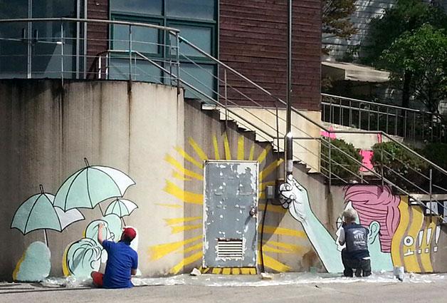 서울혁신센터 벽면에 벽화를 그리고 있다