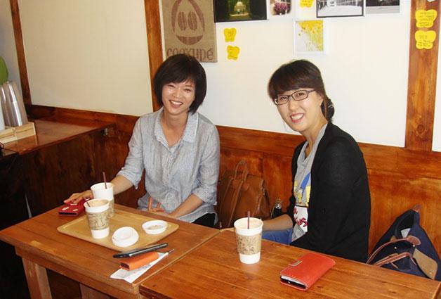 커피현상소에 담소는 나누는 손님들