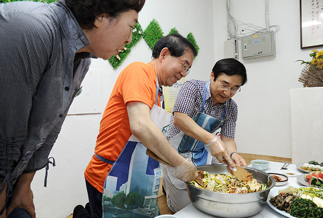 23일 도봉구 방학3동 햇살문화원을 찾아 주민들에게 전달될 비빔밥을 만들고 있는 박원순 서울시장