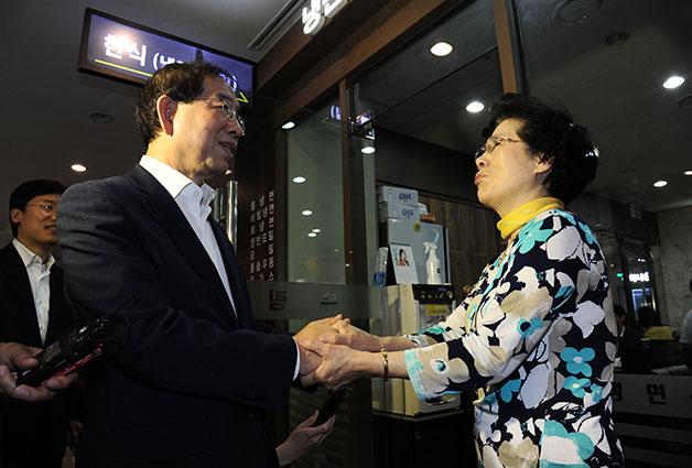 지난 6월 26일 양재동 엘타워를 찾아 상인들과 대화를 나누고 있는 박원순 서울시장.